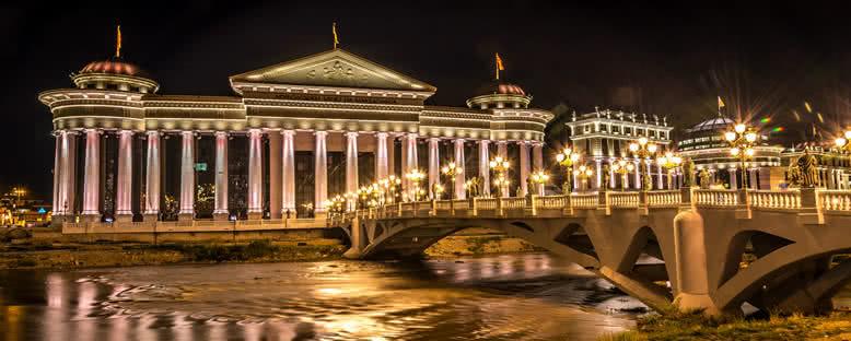 Arkeoloji Müzesi ve Gece Işıkları - Üsküp