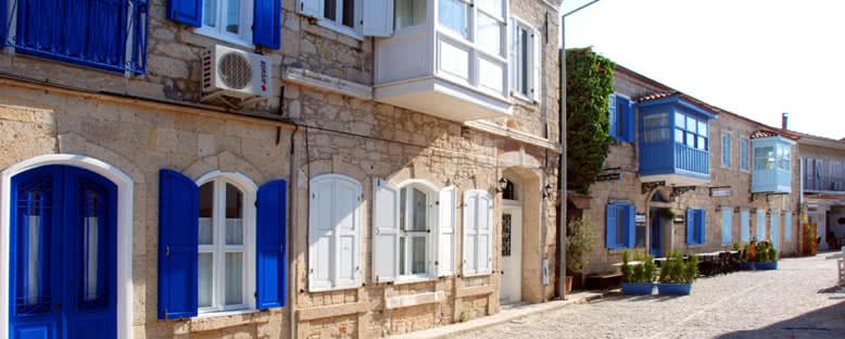 Mavi Pencereli Taş Evler - Alaçatı