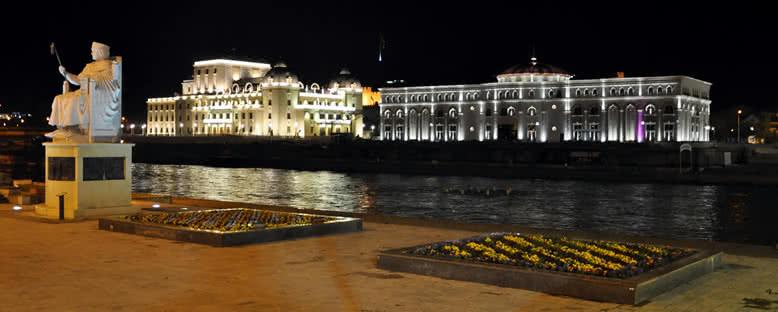 Tarih ve Arkeoloji Müzeleri ile Vardar Nehri - Üsküp